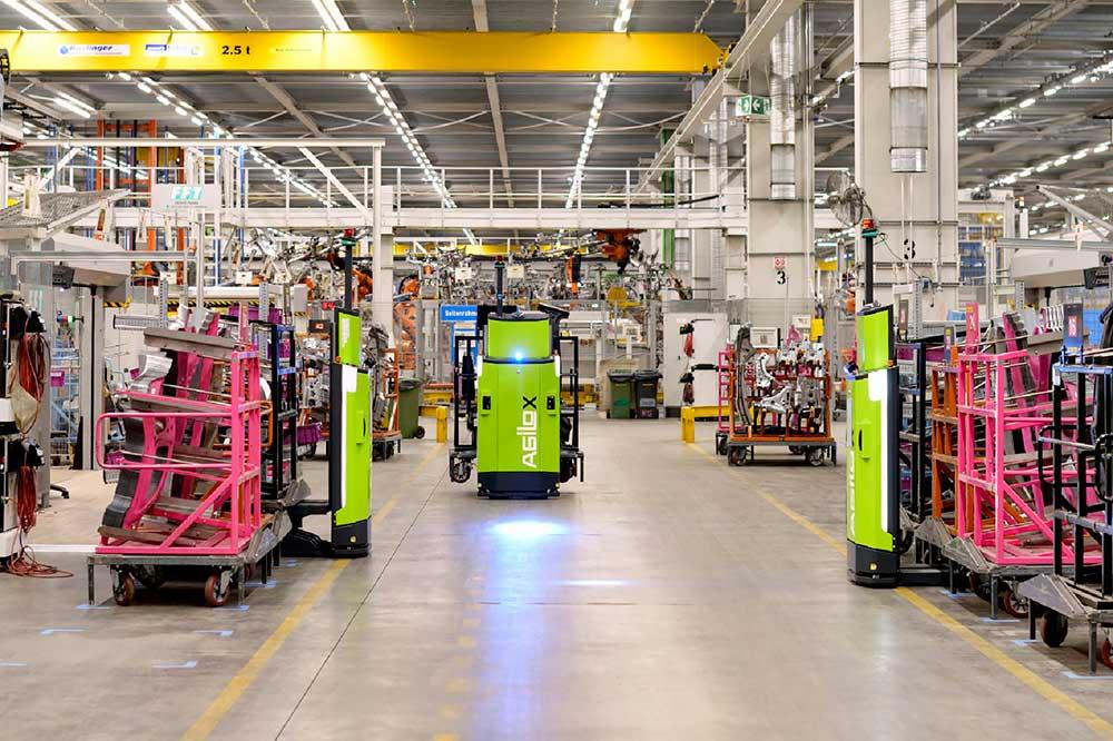 Interacțiunea roboților Agilox într-o unitate de producție