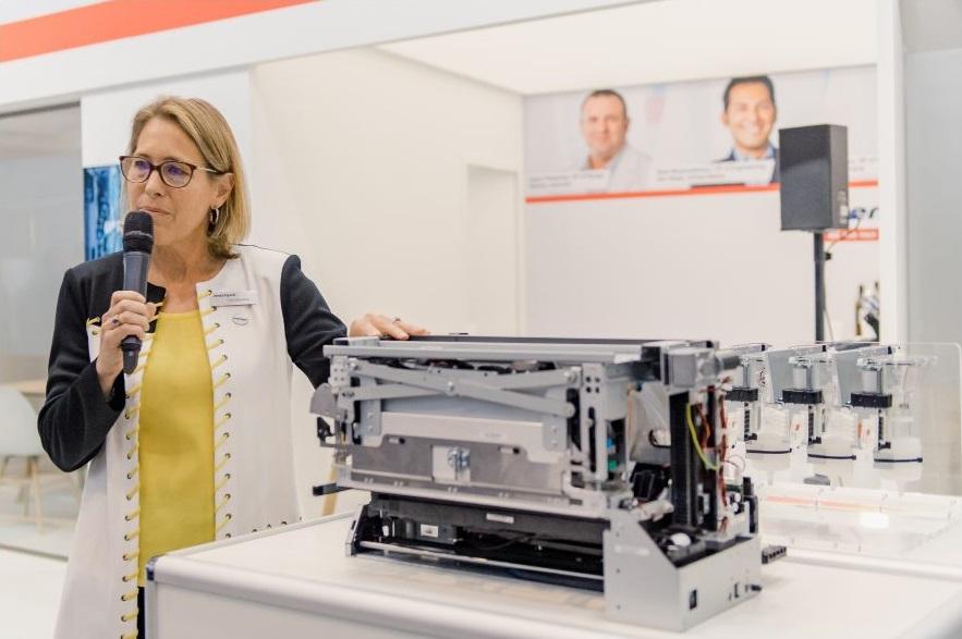 Kim Beswick, directorul general al companiei Memjet, prezintă tehnologia de imprimare DuraFlex la Labelexpo 2019 (sursa: Memjet)