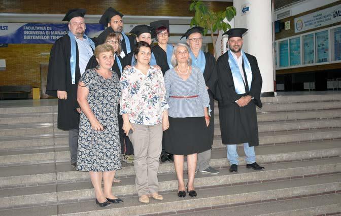 Masteranzii împreună cu Prof. Dr. Ing. Cristina Mohora (stânga), Conf. Dr. Ing. Viorica Cazac (mijloc) și Conf. Dr. Ing. Emilia Bălan (dreapta)